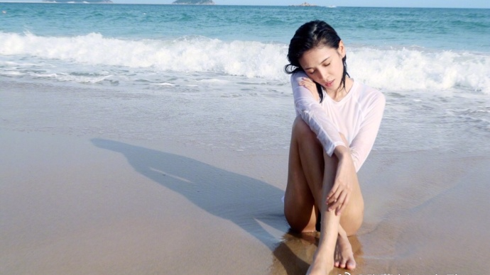 张蓝心晒海滩比基尼照 身材火辣大秀长腿