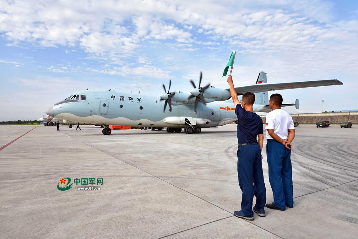 高清:西部战区空军紧急出动运-9飞机实施灾情侦察