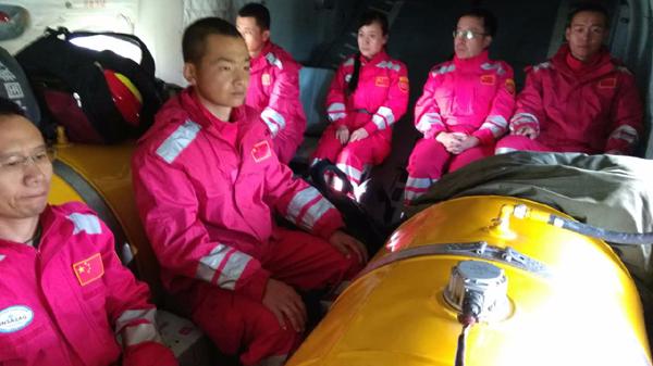 陆航直升机搭载国家地震救援队飞赴震中