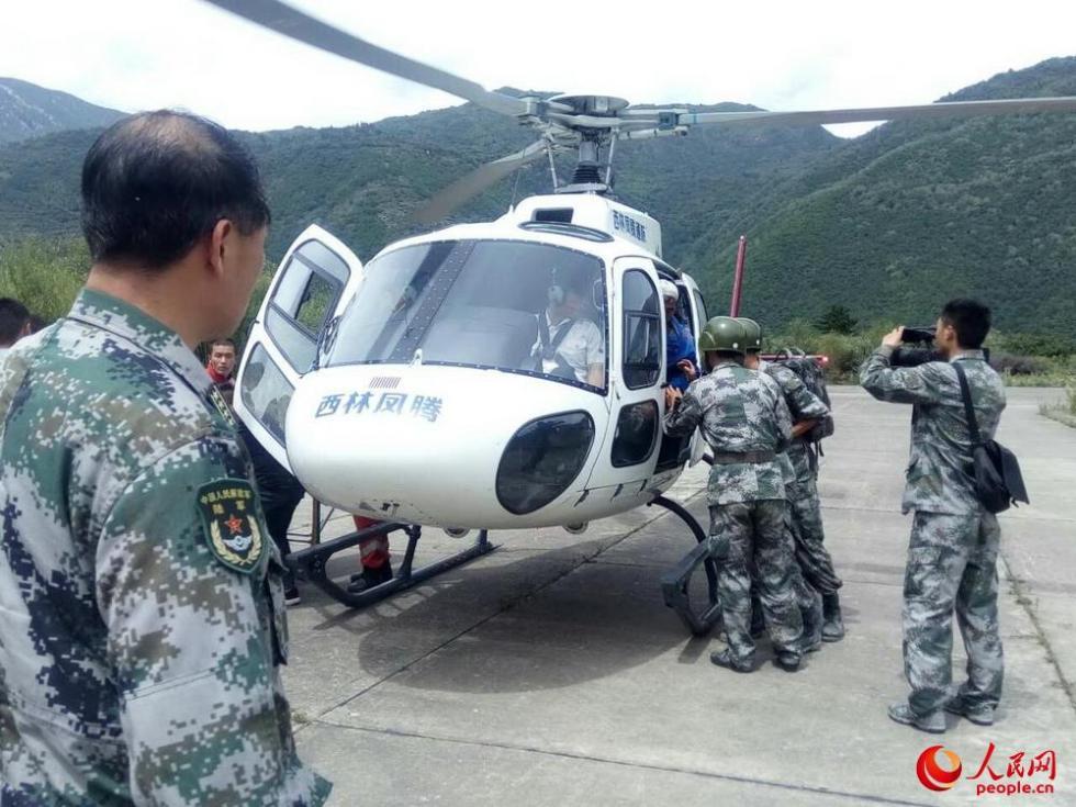 九寨沟军地联合开展空中救援 救出15名被困人员
