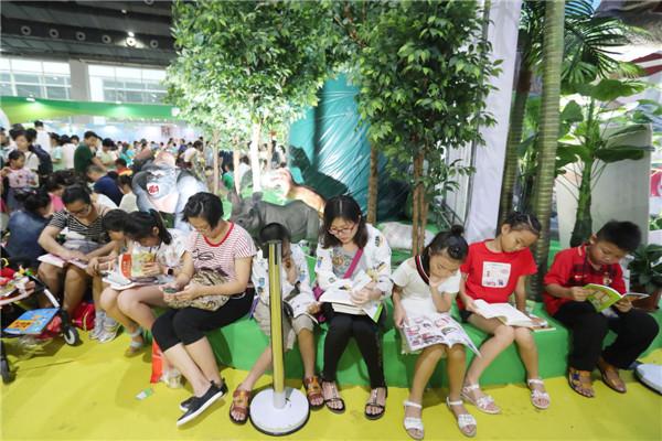 南国书香节开启周末模式 展馆挤满品读书香市民