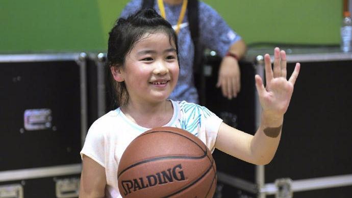 姚明7岁女儿赛场试身手 投球控球有模有样