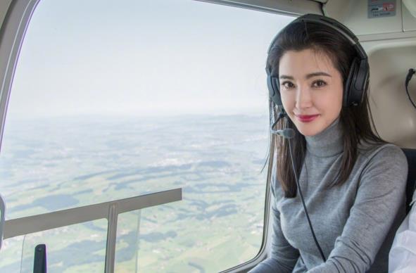 恋爱中的李冰冰美翻了 坐直升机游玩看风景