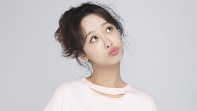 杨紫七夕秀表情包 网友大呼:秦俊杰呢?
