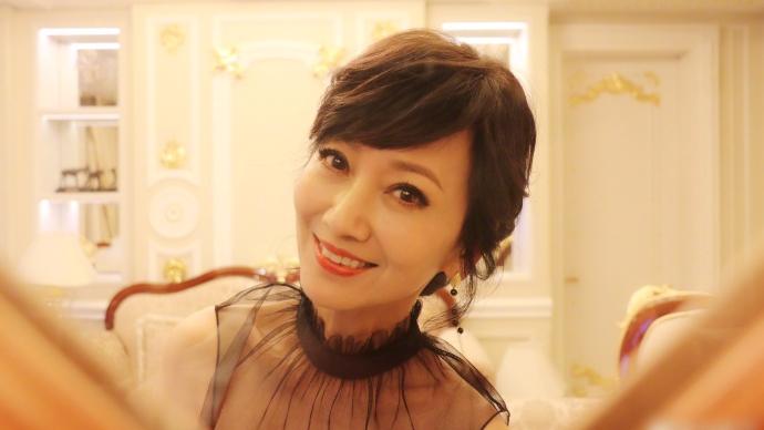 冻龄女神赵雅芝穿黑色纱裙拍艺术照 笑容超甜