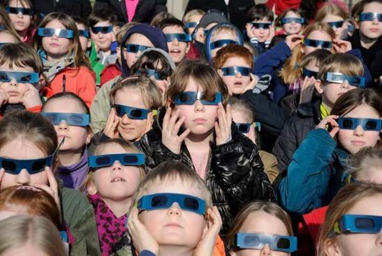 不防护会永久失明!美国日全食眼镜卖光 价格飙升