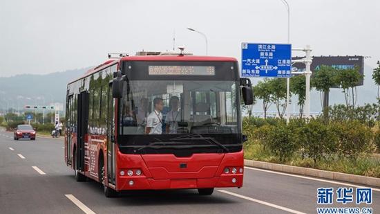 """无人驾驶公交客车上路!乘客点赞:就像""""老司机"""""""
