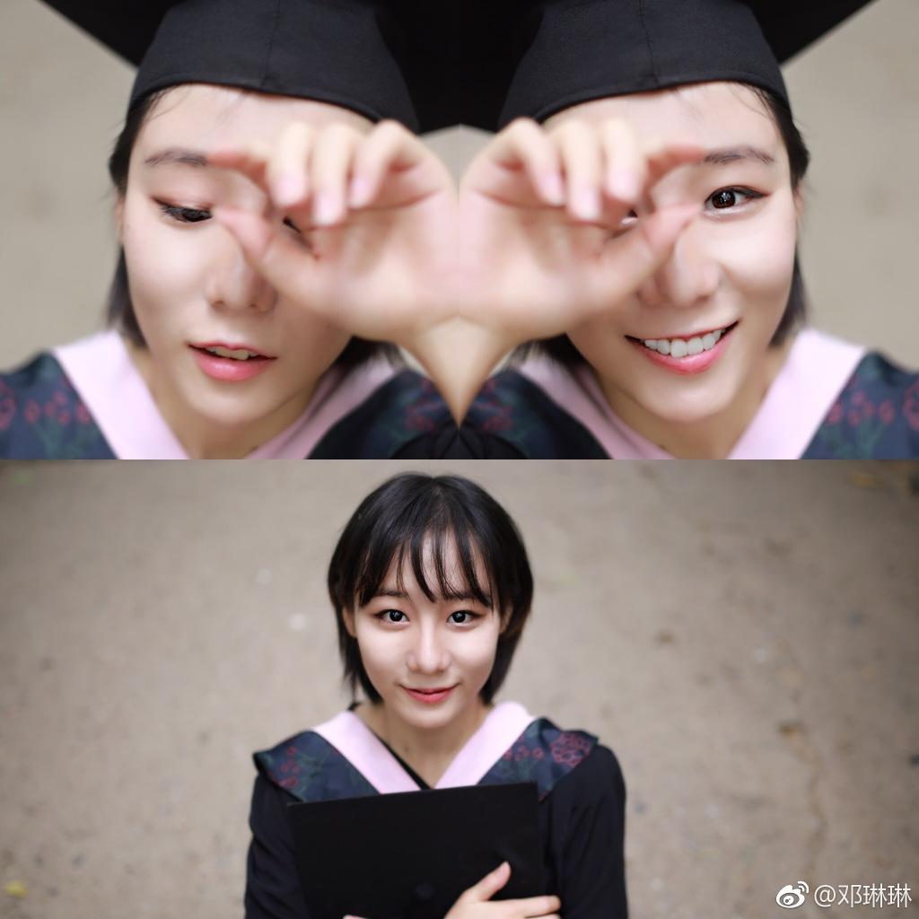 邓琳琳就读于北京大学国际关系学院,她在微博骄傲地晒出毕业学士照片。
