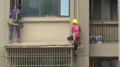 两名施工人员在22楼拆违 房主砍断保护绳
