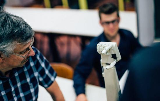 比利时大学学生打造出一款会手语的3D打印机械手