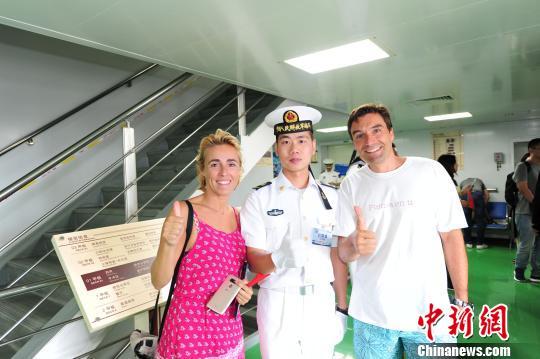 前来参观中国海军和平方舟医院船的西班牙医生何塞(右)夫妇与中国水兵合影。 江山 摄