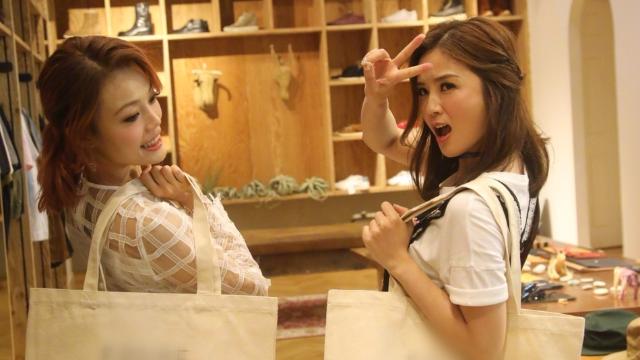 蔡卓妍晒与容祖儿逛街照 对镜比V搞怪连拍