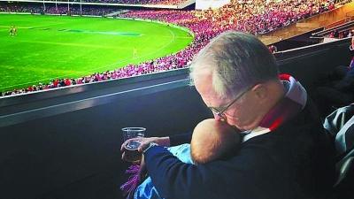 怀抱外孙女喝啤酒 澳大利亚总理晒照惹争议