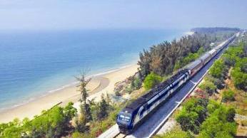 """台风""""杜苏芮""""来袭 进出海南岛旅客列车停运"""