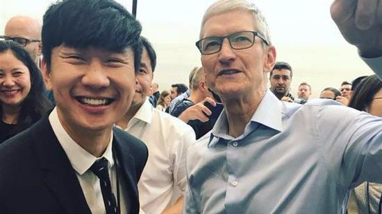 林俊杰现身iPhone8发布会 晒与库克的合照