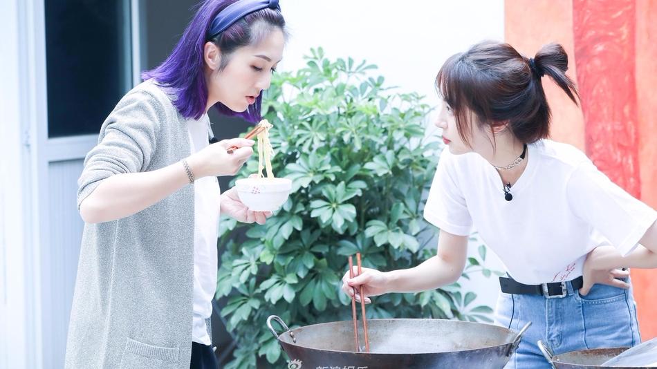 杨千桦节目刷锅忙下厨 一头紫发超亮眼