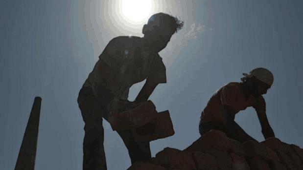 """印度砖厂""""雇佣""""童工 劳工待遇还不如奴隶"""
