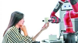中国首家AI机器人咖啡厅亮相 语音下单到上桌仅1分钟