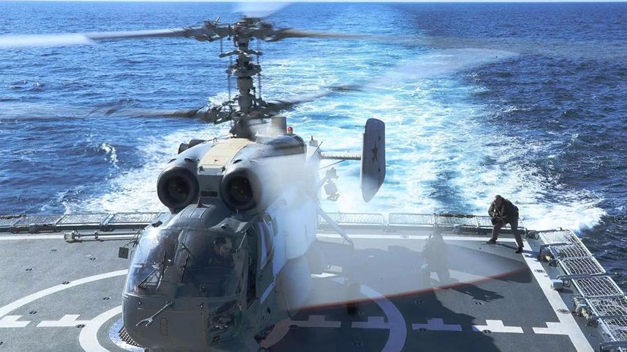 中俄舰艇编队进行舰载直升机互降对方军舰演练