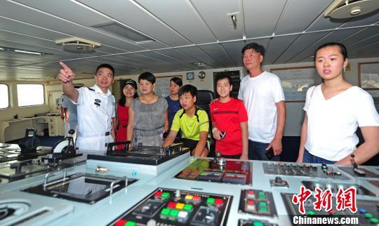 中国海军和平方舟医院船船长郭保丰向华人华侨介绍医院船驾驶室。 江山 摄