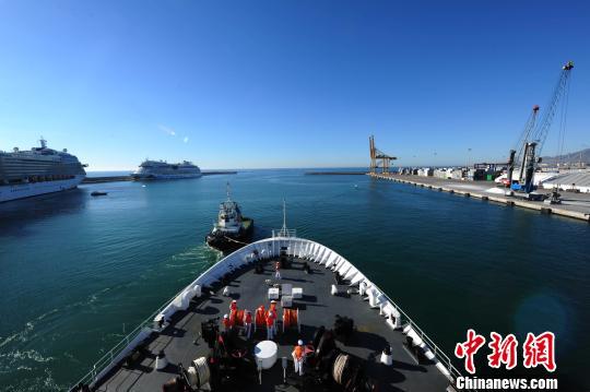 中国海军和平方舟医院船缓缓驶出西班牙马拉加港。 江山 摄