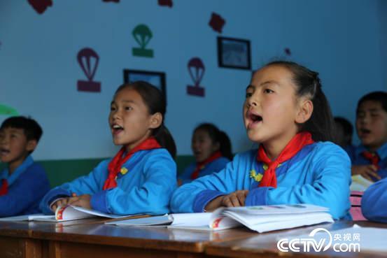 三家子满族学校的学生在学习满语