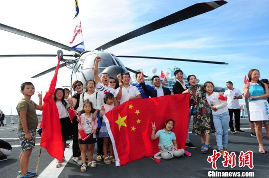 华人华侨参观中国海军和平方舟医院船。 江山 摄