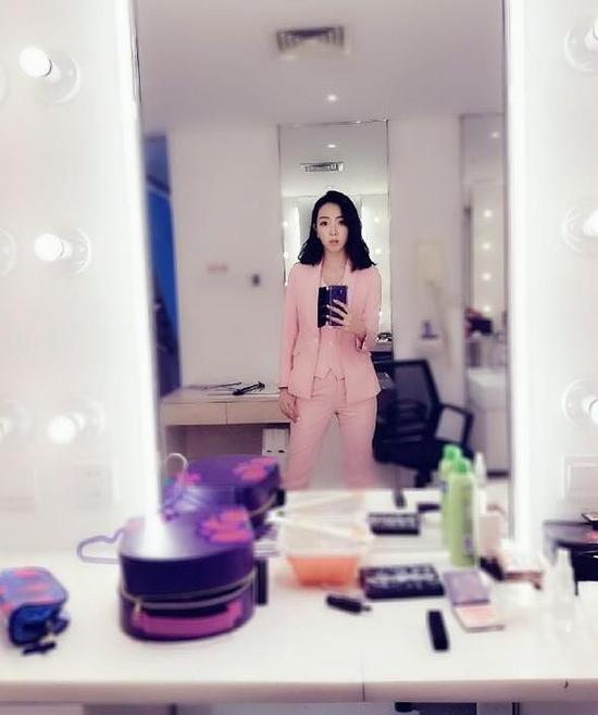 轻熟女自拍_李思思产后复出玩自拍 一身粉色职业装温柔又帅气