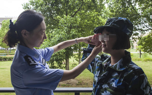 民警资助聋哑儿童12年 日记本记下俩人无声之爱