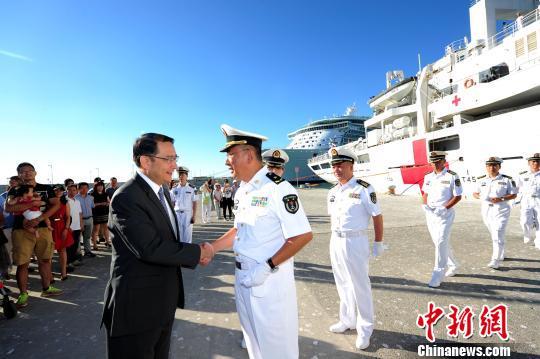"""当地时间9月12日,在西班牙马拉加港码头,""""和谐使命-2017""""任务指挥员管柏林与前来送行的中国驻西班牙大使吕凡握手话别。 江山 摄"""