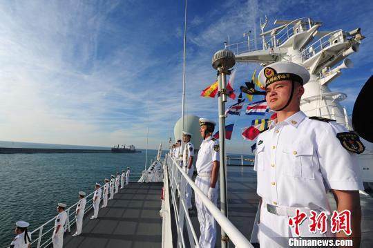中国海军和平方舟医院船缓缓驶入西班牙马拉加港时,海军官兵在甲板列队站坡。 江山 摄