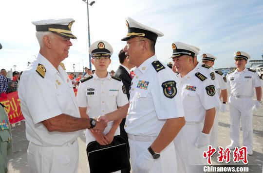 """""""和谐使命-2017""""任务指挥员管柏林与前来迎接的西班牙海军驻马拉加指挥官哈维尔握手。 江山 摄"""
