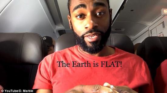 蠢哭!外国小哥带水平仪上飞机证明地球是平的