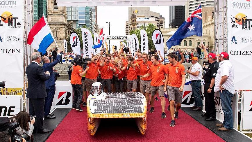 为推动太阳能汽车技术探索和发展,这项赛事要求参赛者自己造车