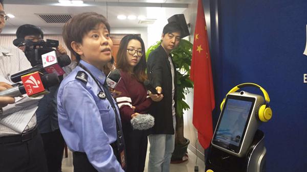 会说话会走路还能咨询!这个广州出入境机器人不一般