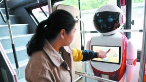 公交车上有个机器人 能聊天指路还能报警