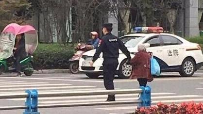 """22岁警察牵80岁老婆婆过街 上万人赞""""最暖牵手"""""""