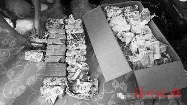震惊!小伙做假彩票网站骗1500万 民警带2台点钞机去抓人