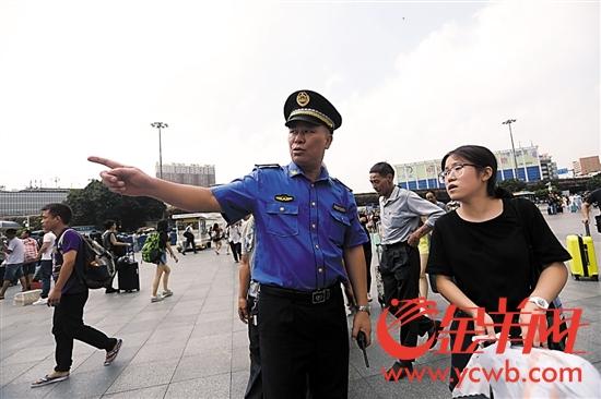 换新装的广州城管执法队员在为市民服务