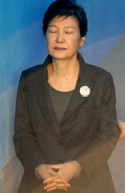 崔顺实律师喊话检方:朴槿惠不会流亡 放了她吧!