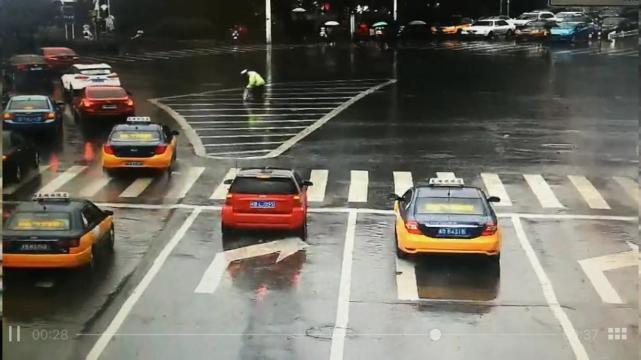 协警雨中执勤被淋透 路过司机从车窗抛送雨伞