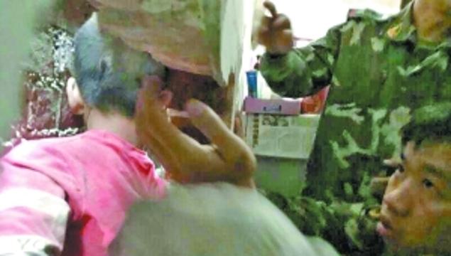 顽童被困窄墙缝无法动弹 消防员破墙成功救人