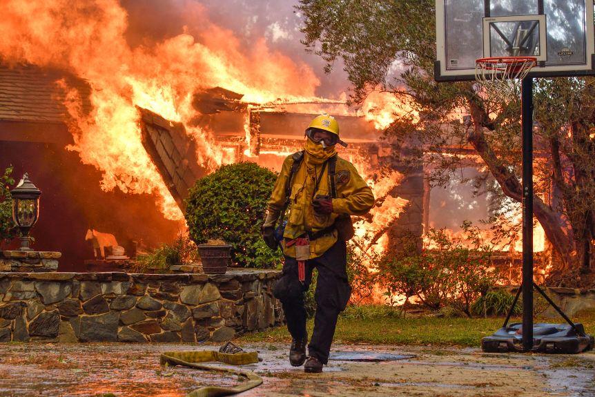 美加州大火已致17人遇难 平均3秒烧掉一个足球场