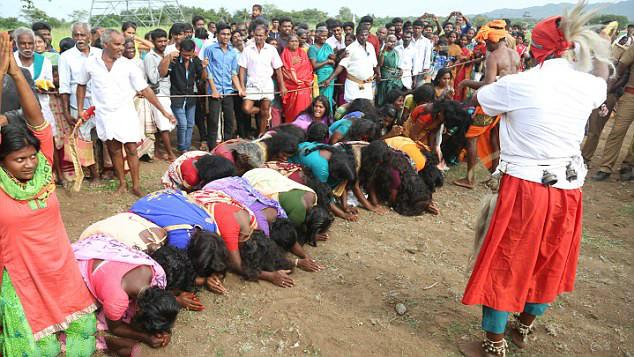 """印女子排队接受鞭打期待净化""""邪恶的灵魂"""""""
