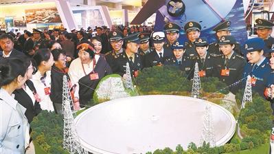 """解放军和武警部队代表参观""""砥砺奋进的五年""""大型成就展"""