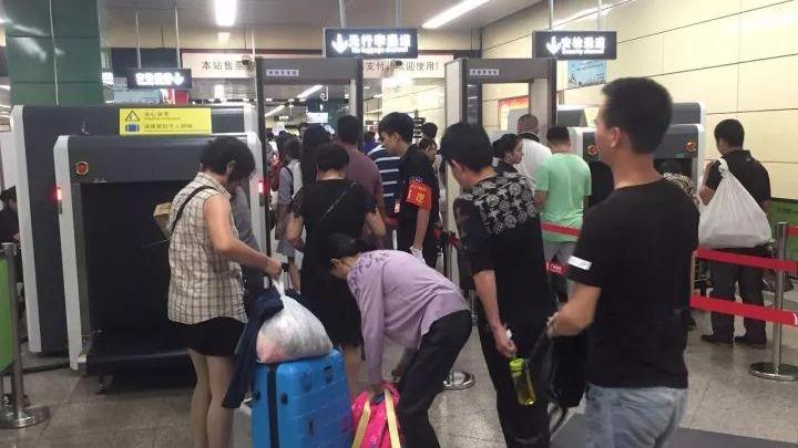 """广州地铁适时启动安检""""3+3""""模式 提高通行效率"""