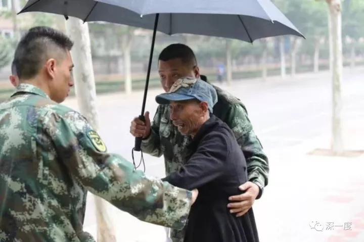 他站在儿子服役的消防队门前 已不认得眼前人是谁