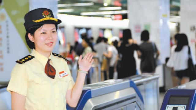 两乘客车厢起纷争 广州女站长徒手勇夺刀