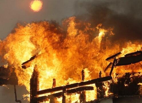 美加州山火肆虐已致10死2万人被疏散 现场如炼狱