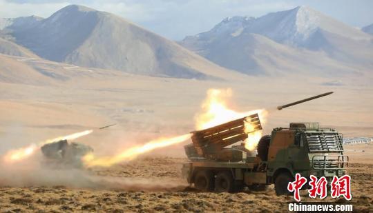 西藏高海拔多兵种联合演练锤炼战斗力(组图)